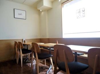 カウンターとテーブル席、あわせて15席。 ランチは伊勢うどんとまぐろなどのミニ丼がセットになった『伊勢うどん定食』が。