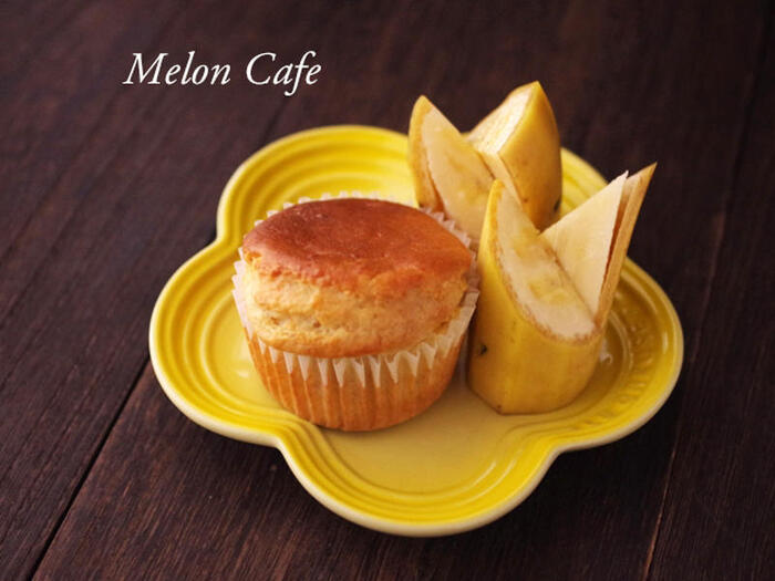 ホットケーキミックスを使って作る「バナナマフィン」は、ワンボウルで混ぜて焼くだけと手順もカンタン♪  黄金色の焼き色が美しいですね! おやつはもちろん、朝食に作っても◎です。