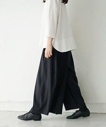 リネンを使ったワイドパンツ。ゆったりとした雰囲気がリネンのナチュラルさを増幅させて落ち着いたおしゃれな印象に。冬は防寒として中にタイツなども履きやすいです。