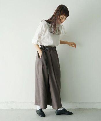 少しルーズになりがちなリネンパンツは、レザーのシューズで引き締めて履くのも素敵です。