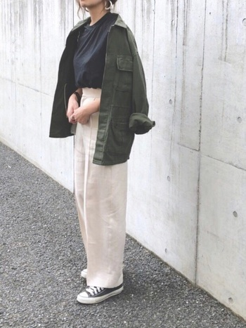 ミリタリージャケットとスニーカーで、オフホワイトのリネンパンツをボーイッシュに着こなし。