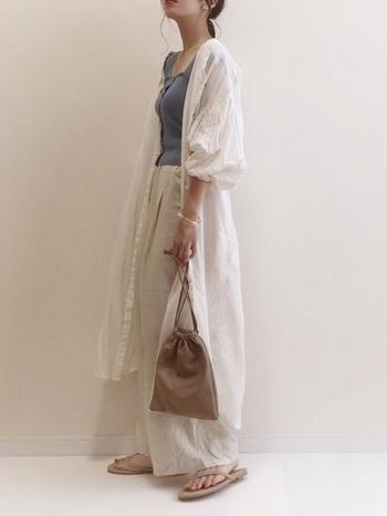 ロングシャツにワイドなリネン素材のパンツを合わせて縦長感を強調。リラックスしたムードで冬に応用したいバランスです。