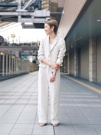 ホワイトのジャンプスーツは、着るだけで上品な印象になるので、きれいめコーデがお好きな人におすすめです。ゴージャスな小物をあわせれば、グッとドレッシーな雰囲気になるので、ちょっとしたパーティーにも行けちゃいそう。カジュアルにしたいときは、キャスケット、おじ靴で品よくハズして。