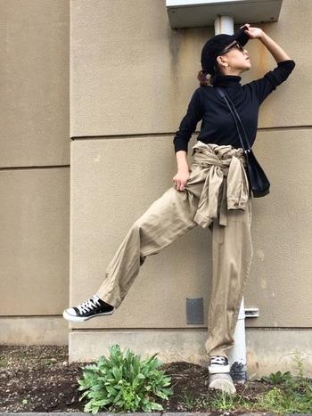 ジャンプスーツを腰巻きにすると、ぐっとカジュアルな印象に。トップスは、細身のシルエットを選ぶことで、メンズライクなコーディネートのなかにも女性らしさをプラスできます。パンツとしてフル活用すれば、着まわし力もアップ!