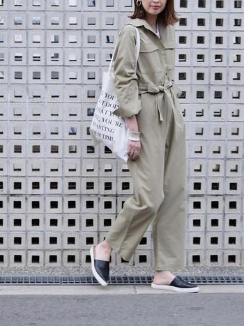 ナチュラルで上品な雰囲気になるベージュのジャンプスーツは、初心者さんにもおすすめです。胸元にポケットの装飾があったり、ウエストマークできるデザインは、着痩せ効果も期待できそう。