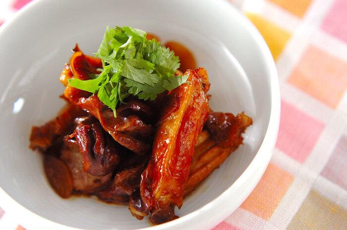 砂肝と鶏手羽中でコラボした贅沢な一品。黒砂糖と黒酢を使うことで、コクがありながらさっぱりした味わいになる、やみつき間違いなしのおかずです。お酢を使っているので、お弁当に入れても持ちがよさそうです。