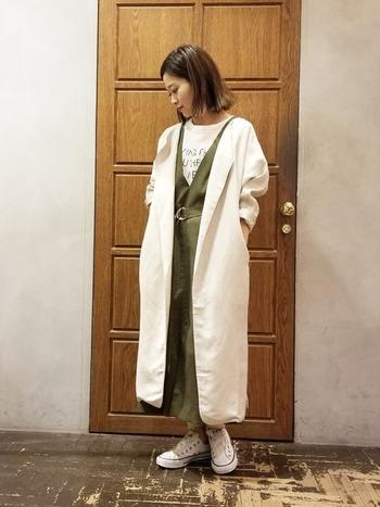 カジュアルなスタイリングにノーカラーのリネンコートを羽織れば、ナチュラルな雰囲気が増して素敵。