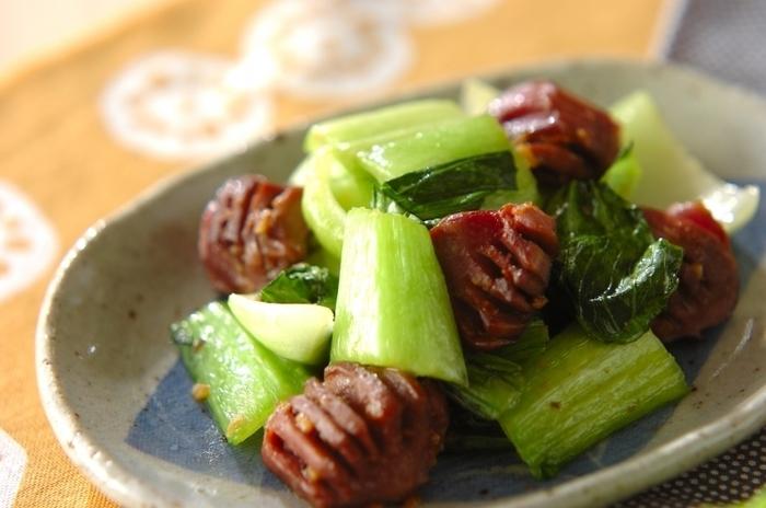 ごま油とにんにくの香りが食欲をそそる、中華風の炒め物レシピ。チンゲン菜はさっと炒めることで、色鮮やかに。調味料も3つでできるので作りやすいメニューです。