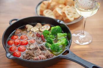 洋食の定番アヒージョにも砂肝は合います。コリコリの食感は、ブロッコリーやマッシュルームの食感とも相性抜群!さらに鶏肉の旨味がオリーブオイルに移り、バケットも美味しく食べることができますよ。ワインのお供にぜひどうぞ。