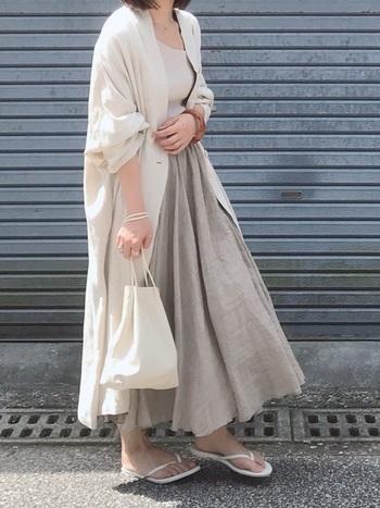 生成りのリネン素材スカートをベージュ系でワントーンコーディネート。素材感がよく引き立ちます。