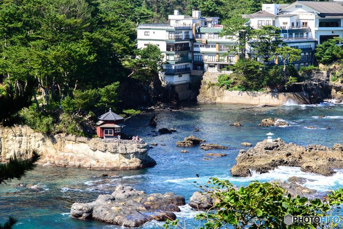 五浦を代表する老舗「五浦観光ホテル」は、2つの敷地に分かれています。内陸部にあり、山の宿のような雰囲気の和風の宿本館と、太平洋に面して崖先に建つ海の宿・別館大観荘です。どこから見ても、どこを歩いても絶景と出合えるような、自然と一体感のあるホテルです。