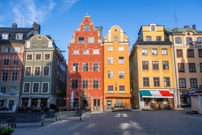 ストックホルムの旧市街にあたるエリア。  近代的なショップが並ぶ街並みとはまた違ったレトロでカラフルな街並みです。 スターズホルメン島という小さな島にあり、ストックホルムの中心部からは徒歩でアクセス可能。 スウェーデンの王宮もこのエリアにありますよ。  この街並みを写真に収めようと世界各国から写真好きさんが集まるほどフォトジェニックなエリアです♪