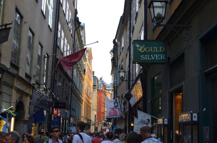 """ガムラスタンには、カフェや雑貨店、お土産やさんが多く立ち並んでいます。  せっかく訪れたのなら、散策のついでにいろいろなお店に入ってみるのも良いですね。  スウェーデンでは、お店に入るときは必ずお店の方に""""Hej!""""(ヘイ!/こんにちは)と挨拶しておくと良いでしょう。"""