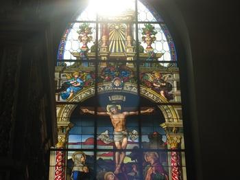 教会内部には、17世紀に作られた教会とは思えないほど美しく保存されたステンドグラスがあります。  建築だけでなく内部も美しいので、ぜひ訪れてみてくださいね。