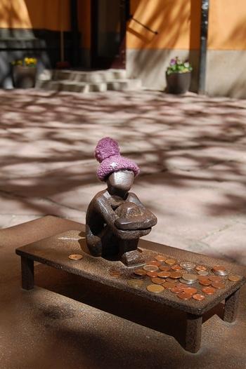 その名所になった理由が、フィンランド教会の裏庭にある「アイアンボーイ」。  「月を見上げる少年」とも呼ばれている小さな像で、大きさはなんと14cmほど。  この像を撫でると幸せになれる…というジンクスがあるようで、頭はすでにつるつるに。  時期によっては、地元の方が作ったと思われるニットキャップやマフラーが巻かれていることもあるようです。  ストックホルムを訪れたら、地元民や観光客に愛されるアイアンボーイをぜひ探しに行ってみてはいかがでしょうか♪