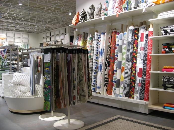 売り場は北欧雑貨やブランド好きの方にはたまらないラインナップも多いです。  たとえば、こちらはテキスタイルコーナー。  売り場の方に欲しい長さを伝えればカットして売ってくれますよ。
