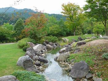 こちらは万葉庭園。「万葉植物」とよばれる万葉集に登場した植物およそ170種類のうち、梅や山吹、ナデシコや椿など、約40種類を鑑賞することできます。