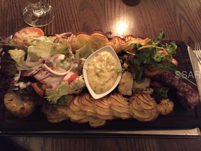 プランクステークは、お肉やお魚のステーキ料理。  熱々の板(Plank)の上にお肉やお魚とサラダ、ポテトがたっぷり乗った豪快なスウェーデン料理です。  スウェーデンのステーキハウスやレストランでは定番の料理で、かなりボリュームがありますよ。  ポテトは、写真のようなポテトムースや茹でポテトなど、レストランによってさまざま。  お腹がぺこぺこに空いている時にぜひ召し上がれ♪