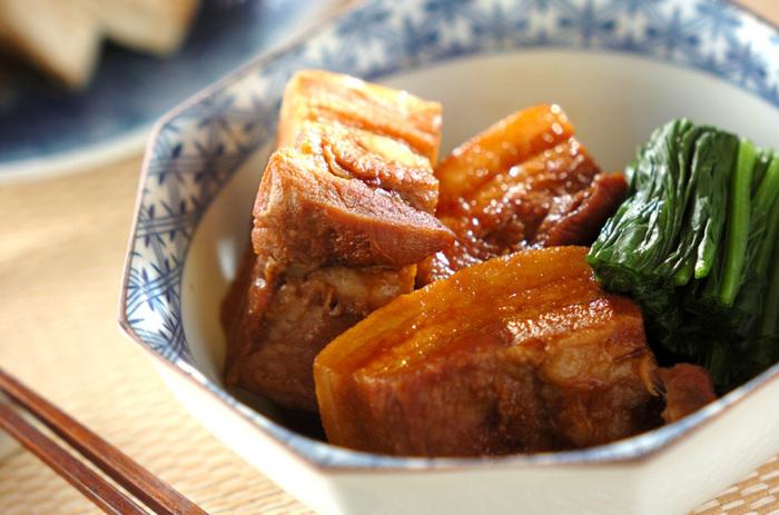 「熟酒」や「醇酒」のような濃厚な味の日本酒には、コクのあるしっかりとした味付けのおつまみがおすすめです。例えば、豚の角煮。お互いの旨味を引き立ててくれるでしょう。お口をさっぱりさせるという意味で、爽酒とも合いそうです。