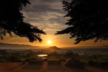 夕景も美しい甘樫丘。沈んでゆく太陽に身をまかせて、いつまでも佇んでいたくなるほどの景色が広がります。
