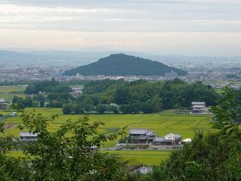 先人たちもきっとここから明日香村を眺めていたのでしょう。今も見晴らしがよく、美しい大和三山(香具山、畝傍山、耳成山)を一望することができます。