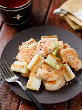 和風おかずならこちら。串に刺さない簡単ねぎま風おかずです。ねぎはなくてもOKですが、塩味で甘さが引き立って美味しいのでぜひ一緒に焼きましょう♪