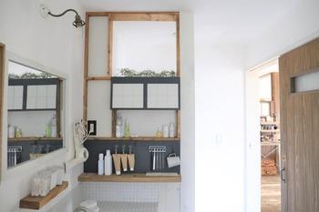 ユニークな形状の取っ手が、フックに掛けると水が切れやすい絶妙な角度に。 吊るす収納で洗面台のストレスフリーになるとのこと。