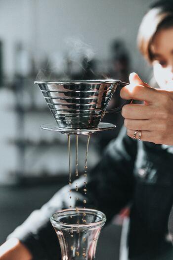 コーヒードリッパーには、底の部分にコーヒーを抽出する穴があいています。この穴の数はメーカーによってそれぞれですが、だいたい1つか3つであることがほとんどです。  1つならお湯がゆっくりとコーヒーの粉に触れながら落ちるためコクのある濃いめのコーヒーに。3つならお湯が落ちるスピードが上がるためスッキリとした薄めの仕上がりになります。  穴の大きさが大きければ、1つでもスッキリ感のあるコーヒーが作れますよ!