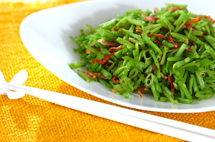 いつもは彩り役に徹してしまう絹さやをメインに使う「キヌサヤベーコン炒め」は、とっても鮮やかでシャキシャキ食感も楽しい一品。簡単に作れるところもお弁当向きです。