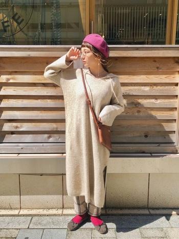フードのニットワンピースに、チェック柄パンツ、ベレー帽、丸メガネでパリジェンヌのようなアクセントをきかしたガーリースタイル♪ ビビッドなピンクを差し色にして、華やかさをプラス。
