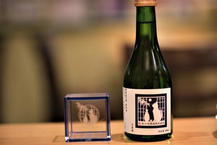 日本酒は、水・米・米麴を原料に作られるお酒です。製造方法から「醸造酒(じょうぞうしゅ)」に分類されます。法律では以下のように定義されていて、この定義を満たすもののうち、日本国内で作られたもののみが「日本酒」を名乗ることができます。