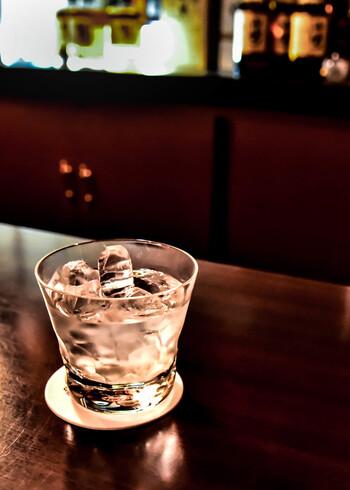 5~10度くらいまで冷やした日本酒を「冷酒」と言います。すっきり軽く飲めるところが魅力で、香りが低い日本酒を飲むときに好まれます。冷やし過ぎてしまうと風味が損なわれてしまうので、注意が必要です。