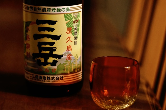 お米が原料の日本酒に対し、穀物や芋類を原料に作るお酒を焼酎と言います。芋焼酎や麦焼酎、米焼酎などが有名ですね。日本酒とは作り方も異なり、焼酎は「蒸留酒(じょうりゅうしゅ)」に分類されます。