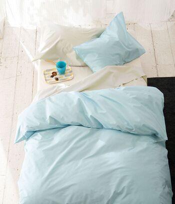 寝室に適した色は、鎮静効果が期待できるブルー。ただし、体温を下げる色だとも言われているため、冷え性の方は肌に直接触れるシーツやベッドカバーに使うのは控えましょう。