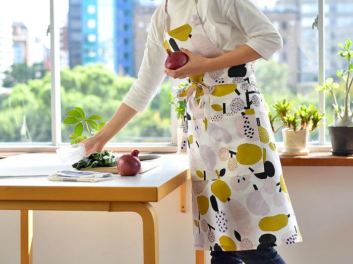 2008年にフィンランドで誕生したテキスタイルブランド「kauniste(カウニステ)」のエプロン。Tutti Frutti(トゥッティ・フルッティ)は、洋なしやりんごなどのフルーツがポップに描かれたデザインです。大きなポケットも2つ付いているので使い勝手もよく、毎日の家事が楽しくなりそう。