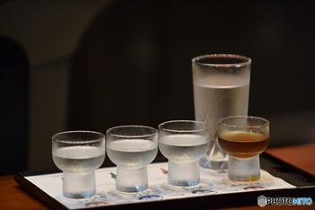 そんな日本酒は、原料の細かな違いによって8種類に分けられます。まずポイントになるのが、味や香りの調整に使われる醸造アルコールの有無。水・米・米麴の3つのみで作られたものは「純米酒(じゅんまいしゅ)」といい、醸造アルコールを加えて作られたものと区別されます。