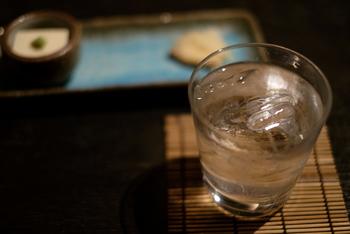 蒸留酒は、醸造酒を加熱して作るお酒のことです。蒸留とは、液体を加熱し蒸発させ、発生した蒸気を冷やし、再び液体にする作業のこと。お酒造りにおいては、水とアルコールの沸点の違いを利用し、よりアルコール度数の高いお酒を作ることを言います。