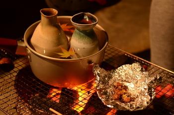 50度前後まで温めた日本酒を「熱燗(あつかん)」と言います。コクや旨味が増し、味わい深くなるのが特徴です。苦みが減るので、飲みやすくなるのも魅力。ただし、アルコールがきつくなるので、強いお酒が苦手な人は注意してください。
