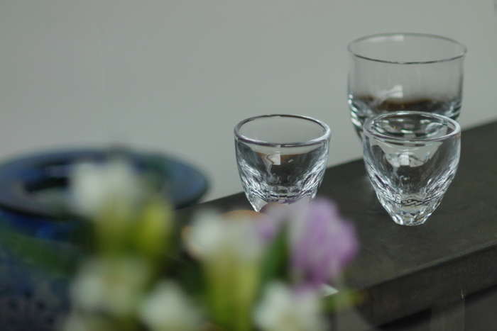 日本酒は、酒器によって味や香りが変化すると言われています。お猪口やグラスの大きさ、形、素材、飲み口の厚さなど、こだわるポイントはたくさん!日本酒に慣れてきたら、ぜひ酒器にもこだわってみてください。