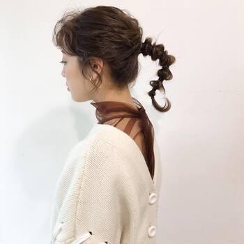 ポニーテールにした毛束を5㎝ぐらいの間隔でゴムで結びほぐす作業を繰り返すだけの簡単アレンジです。うねりを効かせることで首裏に空間ができ、マフラーなどが巻きやすくなります。