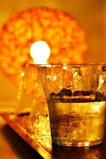 焼酎本来の味や香りを楽しみつつ、アルコール度数を抑えることができる「水割り」。初心者さんにもおすすめの飲み方です。水は水道水ではなく、ミネラルウォーターを使うこと!飲みやすい濃さに調整して味わいましょう。