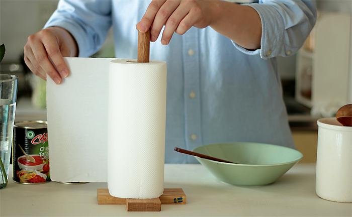スウェーデンの老舗木工インテリアメーカー「Larssons Tra(ラッセントレー)」のキッチンペーパーホルダー。耐久性があるオーク材をオイルでナチュラルに仕上げてあります。北欧らしいシンプルで木のぬくもりを感じるデザインが素敵ですね。