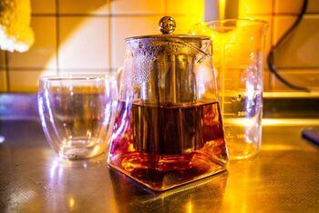 紅茶や緑茶、ジャスミン茶、ほうじ茶など、お好みのお茶で割る「お茶割り」。甘さを加えずに飲みやすくできるので、カロリーが気になるときに嬉しい飲み方です。ポイントは、濃いめのお茶を用意すること!ホットでもアイスでも楽しめます。