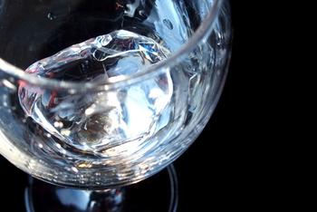 ストレートと水割りの中間のような飲み方が「ロック」。焼酎の香りが引き立つ飲み方です。始めはストレートに近い濃厚な味ですが、次第に水割りに近いやさしい味へと変化していきます。1杯をじっくり楽しみたいときに、ぜひ!