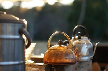 湯気と共に焼酎の香りが立ちあがる「お湯割り」。寒い季節におすすめの飲み方です。ポイントは、香りが立つように、お湯を先に入れること。香りや甘味の強い芋焼酎を飲むときにおすすめです。