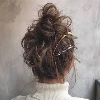 ゴムだけで作ったラフなお団子には、ゴールドとシルバーのヘアコームを付けることで、細かい毛までまとめあげながらおしゃれさもUP◎