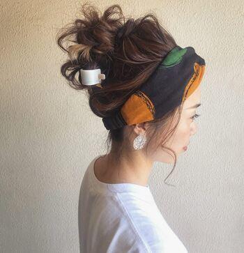 お団子にヘアターバンをプラスするだけで、顔回りが一気に華やかに仕上がります。お団子部分に付けたマジェステで後ろ姿にもアクセントを。
