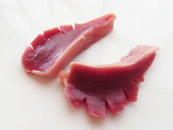 最後に、縦半分に切って切り込みを入れれば完成です!これにより、味の染み込み具合や歯ごたえが抜群によくなります。