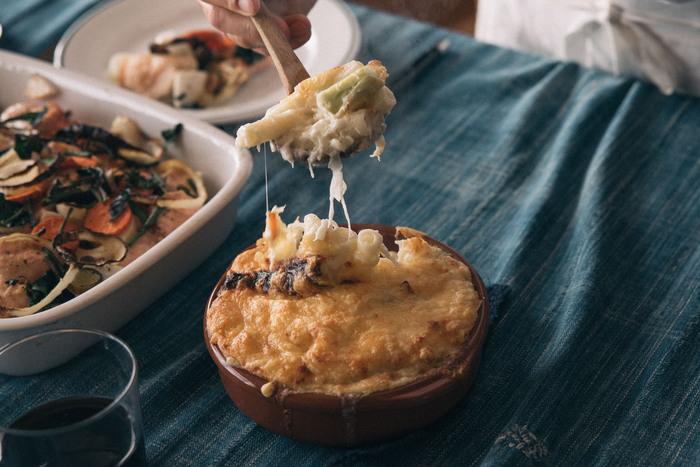スペインの老舗メーカーの耐熱皿は素焼きで出来ているんです。直火もOKだから、グラタンの他アヒージョなどもお家で楽しめます。素焼きならではの質感が食卓に映えそう。