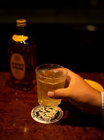 熱いお湯もへっちゃらな東屋の「コップ2」。シリーズ3つ目として登場した「大」サイズは、ウイスキーを飲むのにぴったりの大きさです。キンキンに冷えたハイボールも、温かいホットウイスキーも、このグラス1つでOK。透明なので、ウイスキーの色を楽しむこともできますよ。初心者さんにぴったりのグラスです。